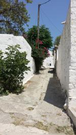Úzká ulička v Lachanii na ostrově Rhodos